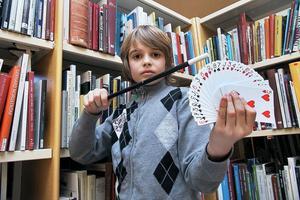 Daniel har minst 10 kortlekar i sin samling. Det var också så det hela började med några korttricks. Då använder han ibland också trollstaven.