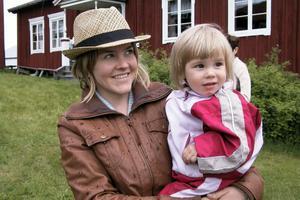 På Åland firar vi nationaldagen i december, berättade Ulrika Elfberg med dotter Karin. På plats fanns även Karins farfarsmor som också heter Karin!