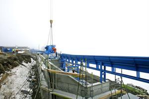 Stockarna transporteras ett par hundra meter längs Marmens strand.