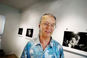 Fotografen Lennart Jonasson ställer ut svartvita bilder av en färgstark artist på Bolin & Bastard.  Foto: Lars-Eje Lyrefelt