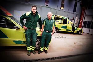 – Ofta kanske det är bättre att ta en sjuktaxi som kostar patienten 80 kronor i stället för att kalla på ambulans som kostar det dubbla, säger Anders Grönlund med kollegan Fredrik Wikström i bakgrunden.