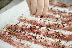 Att krydda är ett kul sätt att höja bacon en nivå. De här baconskivorna har blivit härliga knapriga i ugnen och fått bra bett med rosé- och svartpeppar.