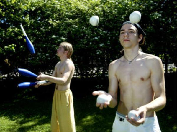Bollar och käglor rinner mellan händerna på Patrik Andersson och Jocke Sandgren. Efter drygt ett års träning uppträder de ibland i samband med olika festligheter.