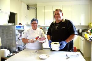Markus Edlund med mamma Astrid i den småskaliga glassfabriken, i köket i den gamla skolan i Myckelgensjö. När vi är på besök tillverkar de en laddning svartvinbärsglass, med bären hämtade direkt från buskarna hemma på gården.