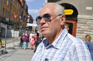 Rolf Karlsson, boende i Kungsängen men uppvuxen på Frösön, hade satt på sig solglajjorna i skydd för solen.