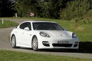 Formen signalerar tydligt att det här är en Porsche, om än i helt ny tappning: med fyra dörrar. Panamera är stor, nästan fem meter lång och två meter bred.