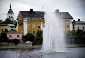 Nu strålar åter Silvias stråle från Nattviken i Härnösand efter att något försenat blivit klädd i sommarskrud och placerad på plats