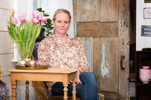 Maria Jernberg fyller 50 år. Men firandet får vänta till i sommaren när byggnationen av ett efterlängtat ridhus står klart. Då blir det fest med glitter och glamour.