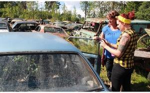 Titti (t v) och Camilla Hallenberg, Upplands Väsby, hittade en bil och... Foto: Eric Salomonsson