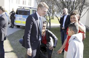 Finansmarknadsminister Per Bolund (MP) besökte på onsdagen asylboendet Flygskytten.