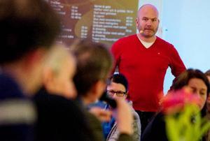 """Moderator för debatten var tv-profilen Hans Fahlén. """"Är vi bra i Jämland på att spara energi?"""" frågade sig han för att väcka en diskussion med inbjudna gäster från länet, politiker, företagare och organisationer.  Foto: Ulrika Andersson"""
