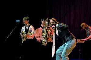 Svänggäng. Det unga dansbandet Jonssonz tar publiken med storm när de äntrar UKM-scenen, som enda unga dansbandet på festivalen får de hela publikens jubel.