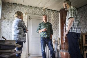 Karl-Erik Envall visar hälsingegården Bommars i Letsbo för Lotta och Patric Jansson.