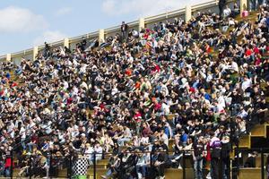 FESTSTÄMNING. Arrangörerna har ingen publiksiffra från lördagens tävling. Däremot var läktaren, som rymmer 10 000 personer, halvfull.
