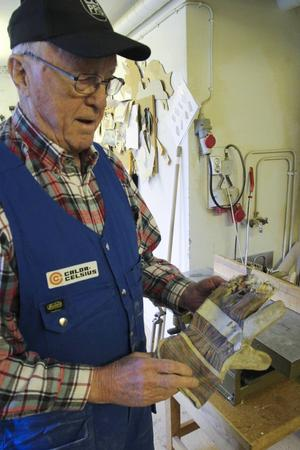 Har man handskar på sig vid sågen är det lätt att fastna, visar Hilding Berglund.