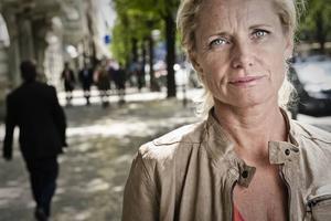 """Dubbelt aktuell. """"Mitt jobb går ut på  att leva på och sen berätta om det"""", säger Louise Boije af Gennäs som kommer tillbaka till offentligheten med en pjäs för Stadsteatern och en ny roman i höst."""