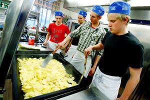 """Ju fler kockar, desto sämre soppa, heter det som bekant. Det är kanske därför Jimmy Danielsson och Mattias Edenryd håller sig lite i bakgrunden medan Tobias Löfgren och Peter Lindberg påbörjar tillagningen av potatisen. """"Det är råstekt potatis med hasselnötter"""", berättar Tobias Löfgren."""