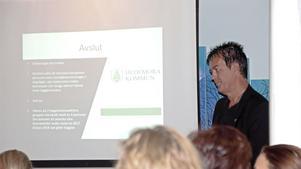 Kenneth Berggren berättar om svårigheten att hitta kompetent personal på den månatliga företagarfrukosten i Hedemora.