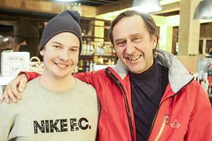 Johan Iller (till vänster) är platschef med ett stort intresse för champagne.