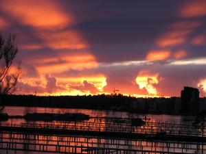 Dagliga och skiftande skådespel under årstiderna - med himmel, vatten, horisont och ljus - glädjer oss boende vid Öster Mälarstrand. Ingen gryning eller skymning är den andra lik. Detta var ett tvåminuters-fenomen efter solnedgång bakom Lillåudden den 1 april kl 19.54. Bättre än både TV och tavlor ...