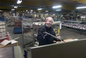 Hans Rotes har hängt med sedan den tidiga Gunnarsson & Co-tiden. Nu fräser han aluminiumprofiler.