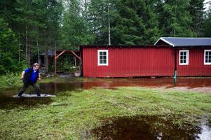 Så här såg det ut vid Nyhammar-Saxhyttans Jaktskytteklubb för bara ett par veckor sedan. Nu har Stefan Eriksson och de andra klubbmedlemmarna lyckats få ut vattnet ur husen och tre av fyra maskiner fungerar som de ska.