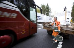 Ett farligt steg. Vägarbetaren Ulf Wennberg jobbar med livet som insats. Personbilar, bussar och tunga fordon susar förbi hans arbetsplats i 80, 90 eller 100 kilometer i timmen.
