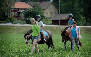 Bröderna Pontus och Jacob Lundqvist Larsson tog sig en ridtur anförda av Fanny Andersdotter med hästen Elvira och Michelle Narinx med Ollis.FOTO: MIKAEL ERIKSSON