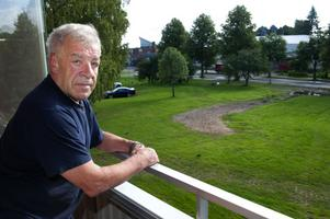 I två månader har Tommy Granlind haft den här utsikten från sin balkong.