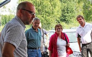 Patrik Englund, ordförande i styrelsen för Avesta Vatten & Avfall, tog i augusti emot Mats Björk, Inger Eriksson och Thord Ersson, representanter för de protesterande. Foto: Eva Högkvist
