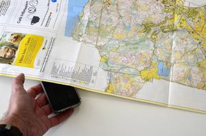 Mannen som ville ha hjälp med kartan försvann snabbt med mobiltelefonen. Kvar satt en totallurad bargäst.