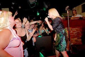 """Höjdpunkt. En möhippa firades under kvällen på Harrys och """"bride-to-be""""-tjejen (till vänster) fick kliva upp på scenen och sjunga hon också."""