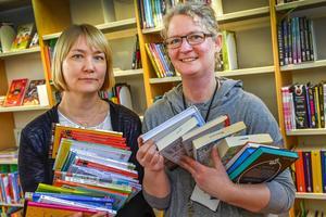 Sofia Gydemo och Lillemor Torstensson på Svenska barnboksinstitutet med några av de över 2000 barn- och ungdomsböcker som gavs ut i Sverige under 2015.