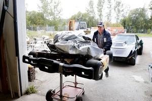 Anders Hultqvist rullar in en gocart som har fått tillbringa dagen utomhus för att ge plats i verkstaden.