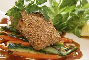 En del svenskt och en del japansk kan bli sesampanerad lax med wokgrönsaker och teriyakisås.