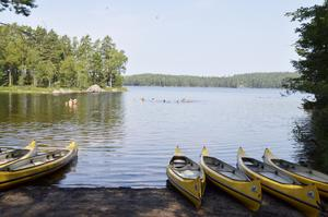 Bad. Aktiviteterna varvas med ljumma dopp i sjön Trehörningen.