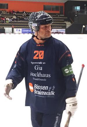 Pelle Fosshaug fortsatte spela trots sitt röda kort.