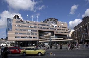 Kostsamma lokaler. I februari flyttade Saabs koncernledning från World Trade Center vid Centralstationen i Stockholm, vilket man sparar miljoner på. Men till hösten flyttar Sandvik dit.