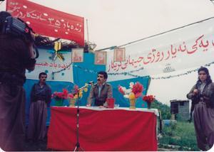 Amineh Kakabaveh vaktar ett första maj-firande där Rahman Husseinzadeh, partistyrelseledamot i Komala, håller tal.