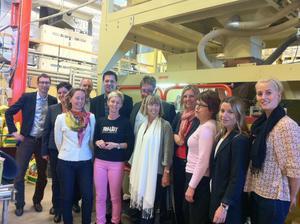 Representanter för projektet Framför besökte Sorptions fabrik i Hofors i går. I rosa byxor i mitten syns delägaren Johanna Grönlund och till höger om henne landshövding Barbro Holmberg. Trea från höger delägaren Anna-Cari Vestlund.