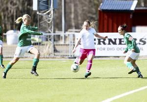 Här börjar eländet för KD:s damer. Åsa Karlsson i Morön får fritt fram, lossar kanonen och gör 0-1 efter sju minuter. Minuten senare gjorde hon även 0-2. KD:s mittförsvarare är som synes långt ifrån att kunna stoppa henne.