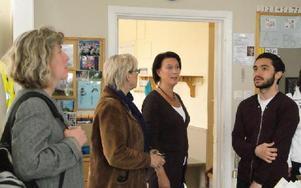 Rektorn för Aspeboda skola, Anita Högberg, (tvåa från vänster) berättar för Maria Gehlin (FAP), Susanne Norberg (S) och Daniel Riazat (V), hur arbetet bedrivs i skolan.FOTO: PER EKLUND