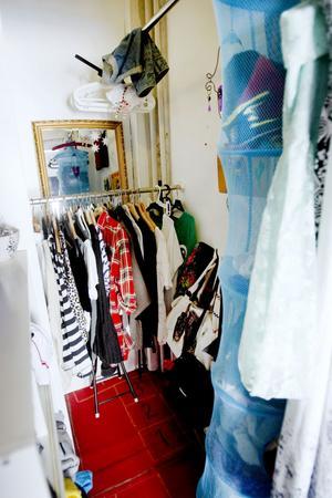 Det bästa med Claras rum är den stora garderoben.