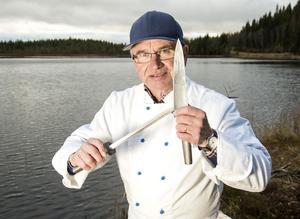 Ett skärpstål är till för att rikta upp eggen, och inte för att slipa kniven. Arbeta med lugna cirkelrörelser.