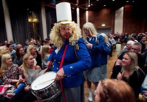 Christian Wallin och Christer Johansson gör en bejublad entré genom publikhavet.