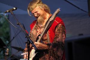 Autodidakt. Musiken är viktig i Björn Lindmarks liv. Han är helt självlärd, och spelar hellre än lyssnar. Här på en spelning på Sätra Brunn i juli 2008.