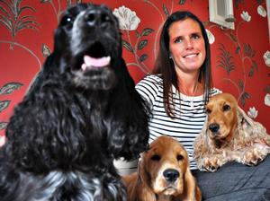 jUBILERAR. Födelsedagsbarnet Karoline Djerf från Vendel som blir 40 år i dag myser med Elin,                                     längst till vänster, valpen Flora och Kelly längst till höger.
