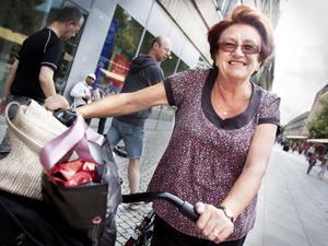 Lena Larsson, 69, pensionär, Sörby:– Gävle är bra som cykelstad men det är ofta jag får plinga på folk när de går på cykelbanorna. För att vara på den säkra sidan så kliver jag alltid av cykeln när jag närmar mig ett övergångsställe. Jag cyklar bara över om jag är säkert på att det är fritt åt båda hållen. Det som är värst är när det cyklar flera i en samlad grupp och man inte vet när och var de ska svänga. Ofta leder jag cykeln då jag är inne i stan.