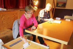 Iris Halvarsson stoppar ner röstsedeln i valurnan.