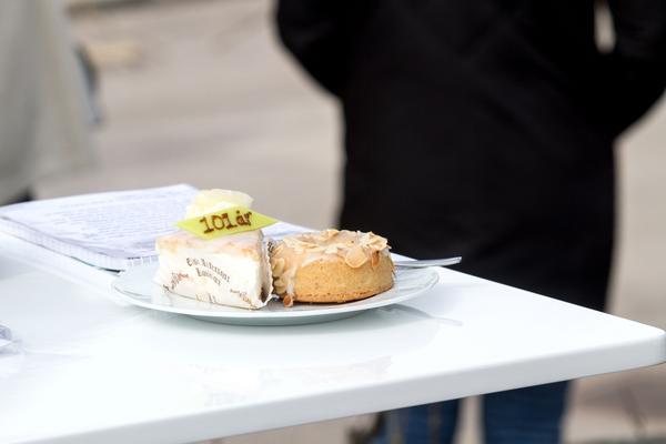 Tangotårta och mandelring: Två av Elsas klassiska bakverk som förstås sålde bra på söndagen.
